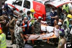 Petugas datang di lokasi untuk mengankat korban yang hancur terinjak-injak dalam kerumunan massa saat melaksanakan ibadah haji tahunan di Mina, 24 September 2015.