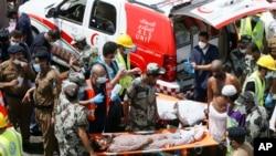 Nhân viên cứu hộ khiêng các nạn nhân ra khỏi hiện trường sau vụ giẫm đạp ở ngoại ô thánh địa Mecca, ngày 24/9/2015.