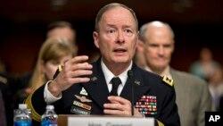 12일 미국 국가안보국의 키스 알렉산더 국장이 의회 청문회에 출두해 민간인 정보 수집과 관련한 증언을 하고 있다.