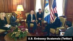 El general John Kelly conversa con el presidente de Guatemala, Jimmy Morales (derecha) en el Palacio de Gobierno de la capital guatemalteca. (Foto: Embajada de EE.UU. en Guatemala).