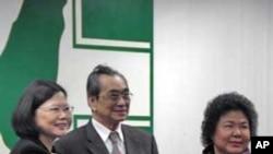 陈菊(右)从蔡英文手中接过印信成为代理党主席