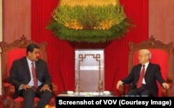 Tổng bí thư Nguyễn Phú Trọng (phải) tiếp Tổng thống Venezuela Nicolas Maduro tại Hà Nội hôm 31/8/2015. (Ảnh chụp màn hình VOV)