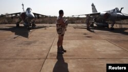 14일 말리 바마코 군기지에서 대기 중인 프랑스군 소속 미라지 F1 전투기.