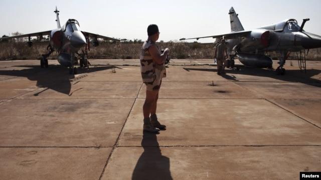 Francuski vojnik izmedju dva borbena aviona Miraž F1 u vojnoj bazi Bamako u Maliju, 14. januara 2013.