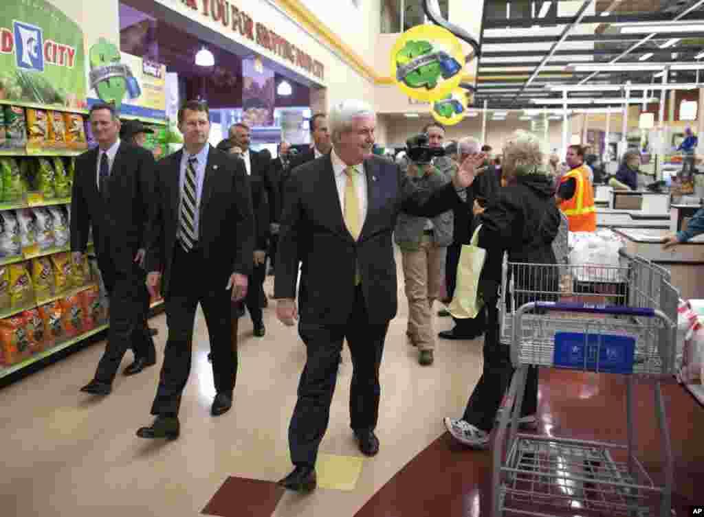 Ông Newt Gingrich tại một điểm dừng chân của chiến dịch vận động tranh cử tại Food City ở Kingsport, Tennessee, ngày 5 tháng 3, 2012. (AP)