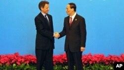 ທ່ານ Timothy Geithner ລັດຖະມຸນຕີການເງິນສະຫະລັດ ຈັບມືກັບທ່ານ Wang Qishen ຮອງນາຍົກລັດຖະມຸນຕີຈີນ, ວັນທີ 24 ຕຸລາ 2010.