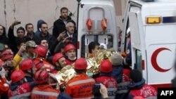Турецкие спасатели разбирают завалы