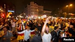 Fan Ðức ăn mừng chiến thắng tại Hamburg.