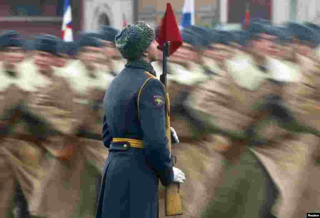 Một cuộc diễu hành quân sự tại Quảng trường Đỏ ở Moscow, Nga.