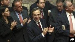 PM Yunani Antonis Samaras (tengah) usai berpidato di depan parlemen Yunani mengenai usulan anggaran pemerintah, Senin (12/11). Yunani menjual obligasi untuk menghindari status 'default' atas kewajiban membayat utang.