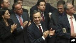 12일 2013년 예산안을 승인한 후, 아테네 국회의사당에서 안토니스 사마라스 그리스 총리(가운데)와 신민당 의원들.