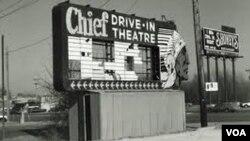 Los drive-ins, donde se podían ver películas desde los autos eran muy populares hace medio siglo en Estados Unidos.