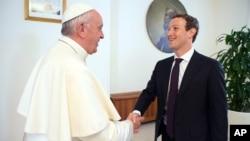 Le pape François a rencontré le jeune créateur de Facebook, Mark Zuckerberg, au Vatican, le 29 août 2016.