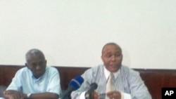 Presidente da Comissão Nacional Eleitoral de São Tomé e Príncipe, Victor Correia (à direita) e o Secretário Argentino Daio (à esquerda), durante uma conferência de imprensa em São Tomé