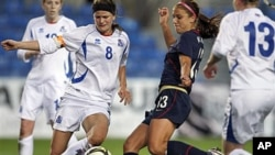 The United States' Alex Morgan (C) shoots to score their third goal against Iceland during the women's soccer Algarve Cup final match at the Algarve stadium outside Faro, Portugal, March 9, 2011 (file photo)