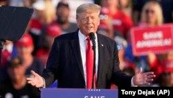 Mantan Presiden AS Donald Trump berbicara di depan pendukungnya di Wellington, Ohio, 26 Juni 2021.