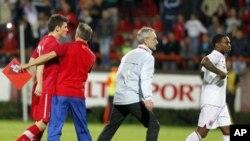 Srpski fudbaler Miloš Ninković i engleski igrač Deni Rouz za vreme utakmice u Kruševcu, 16. oktobra 2012.