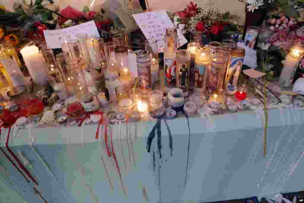 دسته های گل و شمع های روشن به نشان همدردی با قربانیان حادثه تیراندازی در دبیرستانی در جنوب فلوریدا