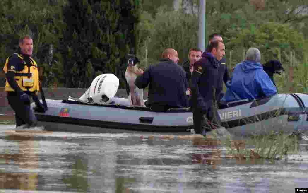 Голова уряду Італії Енріко Летта назвав повінь національною трагедією та пообіцяв виділити 20 мільйонів євро на подолання наслідків стихії.