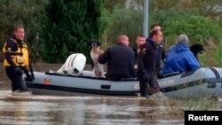 Nhân viên cứu hộ trên đường phố ngập lụt tại San Gavino Monreale, Sardinia, Ý, ngày 18/11/2013.