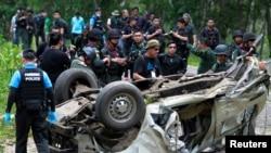 Cảnh sát khám xét hiện trường vụ đánh bom tại huyện Krong Pinang, tỉnh Yala, Thái Lan, 23/9/2016.