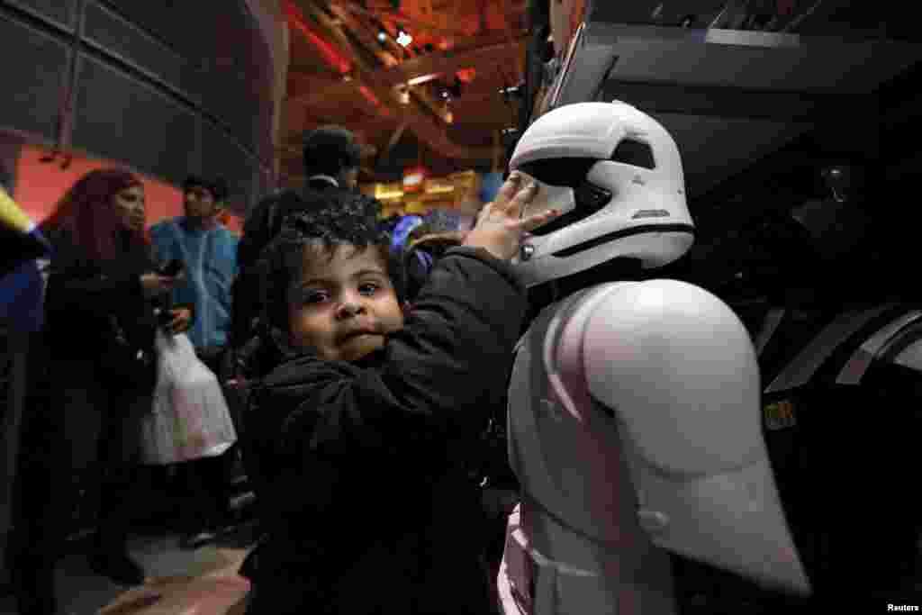 미국 뉴욕시 타임스퀘어의 장난감 상점에서 한 어린이가 영화 '스타워스' 캐릭터 장난감을 만지고 있다.