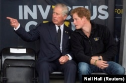Pangeran Charles (kiri) dan putranya Pangeran Harry selama Pertandingan Invictus di Pusat Atletik Lembah Lee di London utara 11 September 2014. (Foto: REUTERS/Neil Hall)