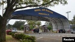 Gerbang utama Pangkalan Angkatan Laut AS di Pensacola, Florida. (Foto: dok).