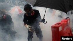 香港警方星期天(8月25)動用水砲和催淚彈驅散示威者。路透社