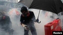 Policija je bacala suzavac na demonstrante i pokušala da ih rastera vodenim topovima