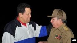 Prezidan Raul Castro, adwat k ap resevwa prezidan venezuelyen an, Hugo Chavez nan ayewopò Entènasyonal José Marti nan La Avàn, Kiba, lendi, 10 desanm 2012 la.