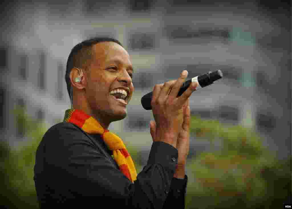 Солист джаз-бэнда Debo Band