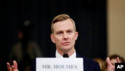 """Holmes testificó que decidió hablar en la investigación de juicio político después de escuchar a Trump preguntar sobre """"investigaciones"""" durante una llamada telefónica con el embajador Gordon Sondland."""
