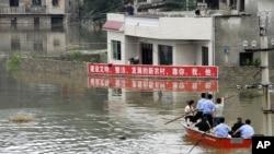 5월 29일 구이저우 성 안슌 마을 주민들이 홍수로 고립된 모습 (자료사진)