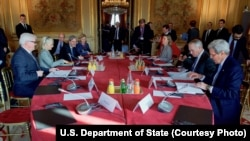 존 케리 미 국무장관이 13일 파리에서 프랑스와 이탈리아, 독일, 영국 외무장관, EU 대표와 회동 중인 모습.