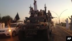 Μαχητές του ΙΚΙΛ παρελαύνουν στη Μοσούλη