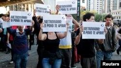 Надпись на плакатах: «Рабочие метро: люди поддерживают Вас». Сан-Паулу, Бразилия, 9 июня, 2014.