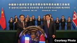지난 달 4일 베이징에서 경제 개발 협력에 합의한 후 악수하는 장성택 북한 국방위원회 부위원장(왼쪽)과 천더밍 중국 상무부장. 중국 상무부 웹사이트.