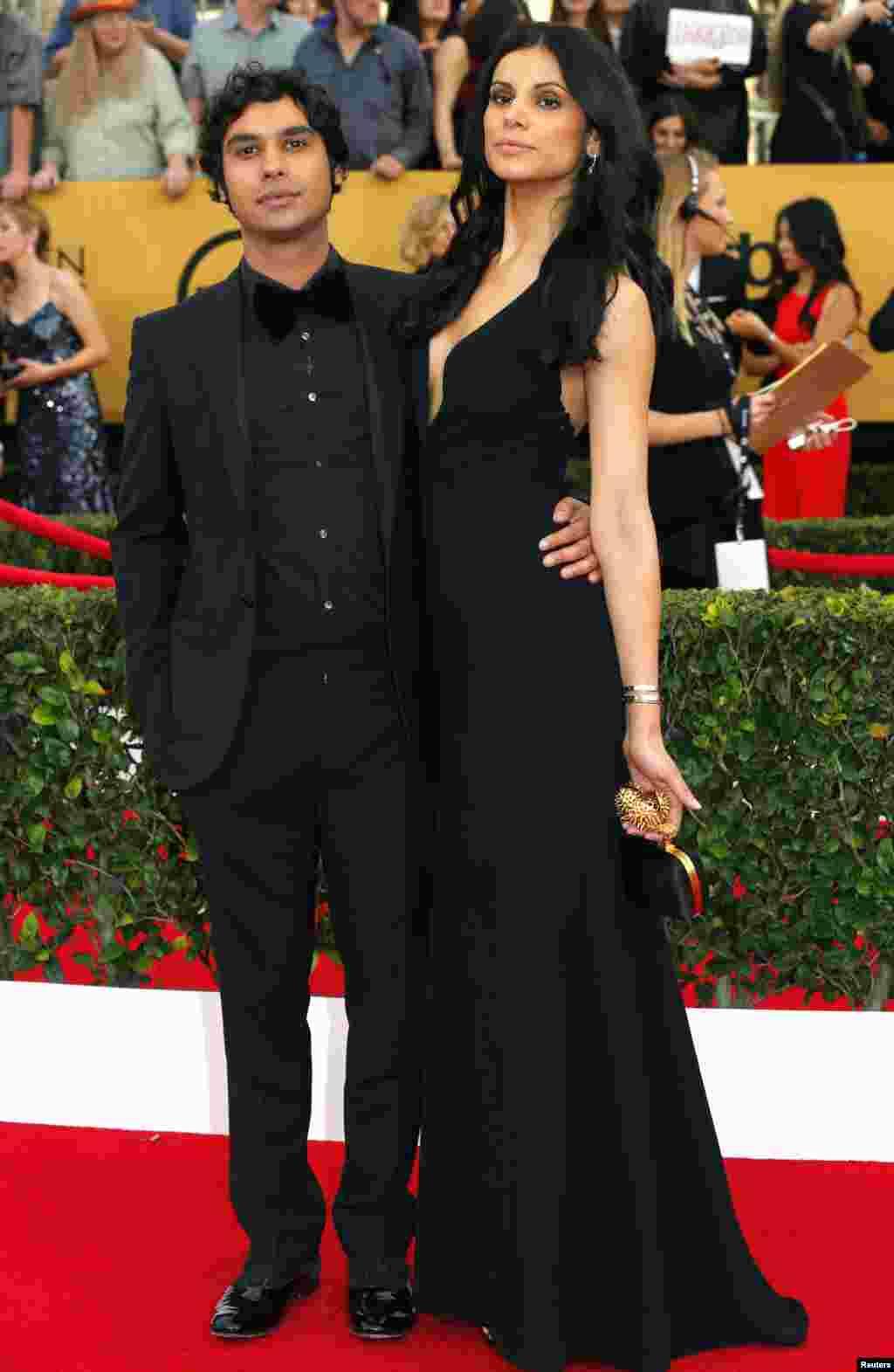 """Actor Kunal Nayyar, da série """"A Teoria do Big Bang"""" com a actriz Neha Kapur na 21ª cerimónia anual do Screen Actors Guild Awards, Los Angeles, Califórnia Jan 25, 2015."""