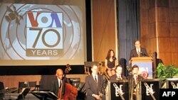 Snimak sa proslave 70. rodjendana Glasa Amerike. Glas Amerike emituje program na više od 40 jezika, a procenjuje se da taj program nedeljno prati više od 140 miliona ljudi širom sveta.