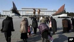 17일 평양 만수대 언덕에서 김일성 주석과 김정일 국방위원장 동상을 향해 묵념하는 북한 주민들. 이 날 북한에서는 김정일 위원장 1주기를 맞아 정오를 기해 전국적으로 묵념을 했다.