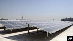 Panel-panel tenaga surya di atas gedung di Doha, Qatar. (Foto: Dok)