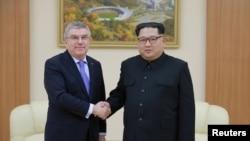 김정은 북한 국무위원장(오른쪽)과 토마스 바흐 국제올림픽위원회(IOC) 위원장이 지난 3월 평양에서 만나 악수하고 있다. 지난 3월 북한 방문을 마치고 스위스로 돌아가는 중 바흐 위원장은 북한의 올림픽 출전을 계속 지원할 것이라고 밝힌 바 있다.