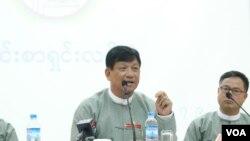 기자회견에서 보궐선거 취소 방침을 설명하고 있는 틴 에 선거위원회 위원장