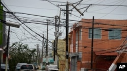 Les rues sont jonchées de débris, câbles et pylônes électriques après le passage de l'ouragan Maria, qui a frappé la région orientale de l'île à Humacao, Porto Rico, le 20 septembre 2017.
