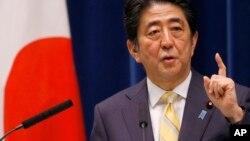 日本首相安倍在东京的一个记者会上讲话 (2015年5月14日 资料照片)