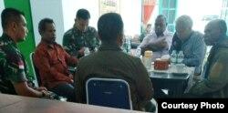 Tim Solidaritas Nduga bertemu TNI untuk mengecek data korban konflik. (Foto courtesy: Theo Hesegem)