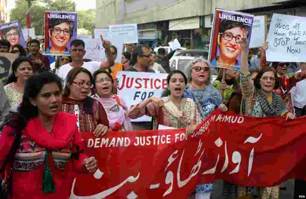 احتجاجی مظاہرے کے شرکاء کراچی پریس کلب کے سامنے سے گزر رہے ہیں