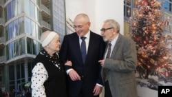 俄羅斯前首富霍多爾科夫斯基星期天在柏林牆博物館召開新聞發佈會後與其母親團聚。