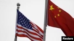 人口学家易富贤认为,中国经济永远超不过美国。图为美中国旗在一家美国公司驻北京的办公楼外飘扬。(路透社2021年1月21日资料照)